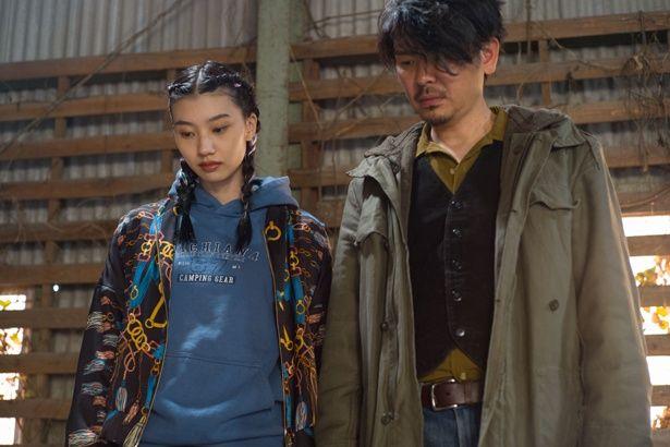 戌井父娘に扮した紅甘と斉藤陽一郎