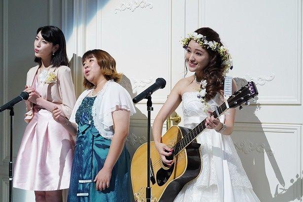 結婚式でサプライズで歌を披露する静香たち