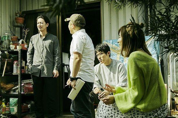 【写真を見る】佐藤健、鈴木亮平、松岡茉優が兄妹役を演じる