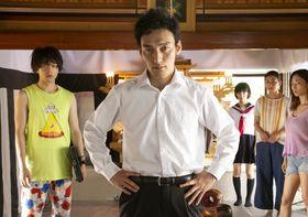 草なぎ剛、中村倫也らのユーモラスな姿を大放出!『台風家族』の魅力を場面写真で先取り<写真16点>