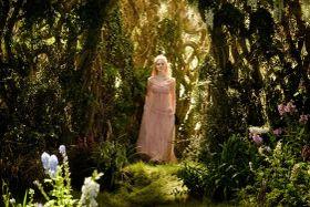 エル・ファニングの希望で実現!ピンクのドレスをまとったオーロラ姫の姿が解禁に
