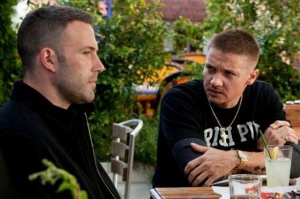 ダグ(ベン・アフレック)と仲間のジェム(ジェレミー・レナー)は、綿密な計画で銀行強盗を行う完璧なプロ集団