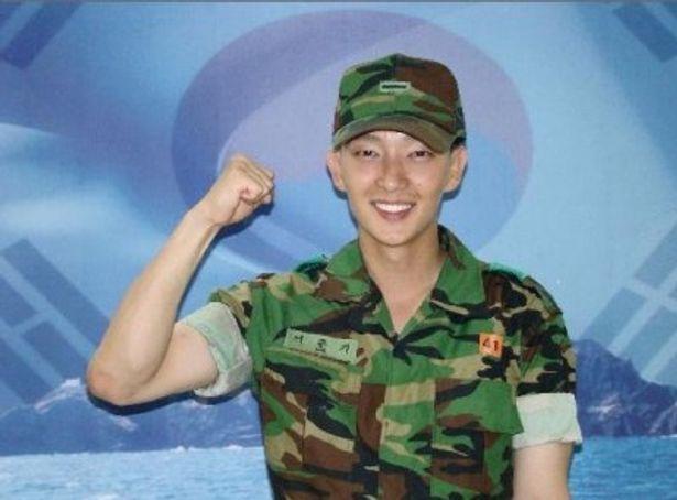 現在、入隊中の俳優イ・ジュンギ。芸能兵士としてラジオ番組のDJなどを務める