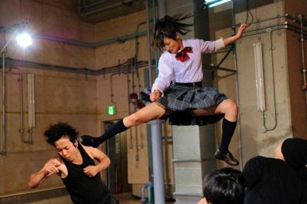 【写真】驚異!制服姿で勇ましく飛び蹴りをする武田梨奈