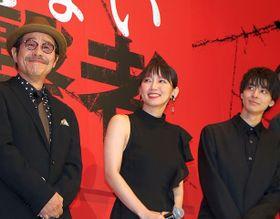 吉岡里帆、主演映画で活躍した盲導犬のサプライズ登場に破顔!