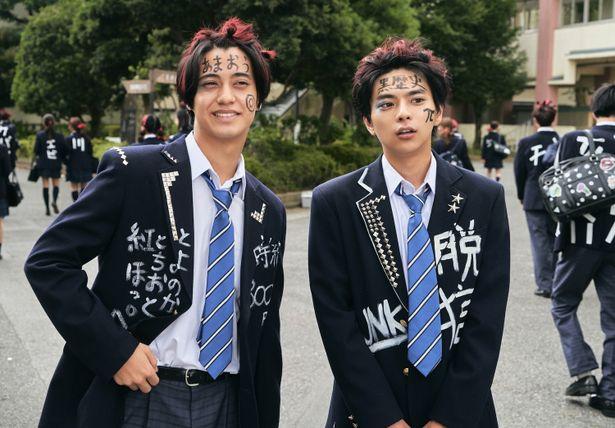 佐藤勝利と髙橋海人が頭を染め、スタッズを散りばめた制服に身を包みブラック校則に立ち向かう!