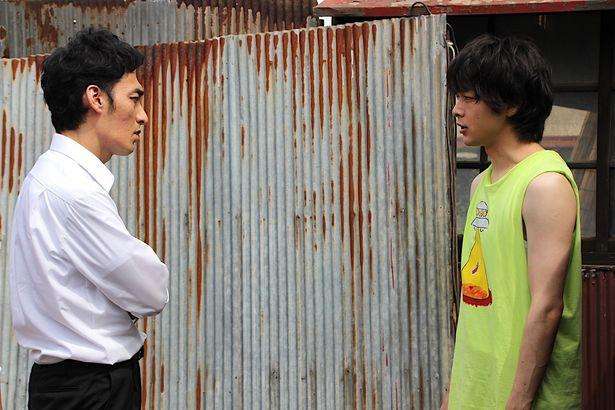【写真を見る】草なぎ剛と中村倫也が対決!兄弟役で初共演を果たした<写真23点>