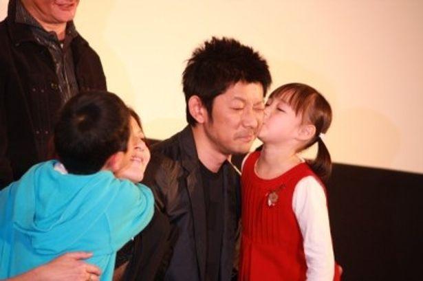 【写真をもっと見る】小泉今日子と永瀬正敏は子供たちからキスされて大感激!