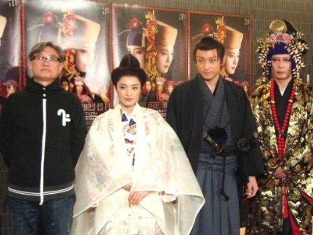 囲み取材に応じた堤幸彦、仲間由紀恵、山本耕史、生瀬勝久(写真左から)