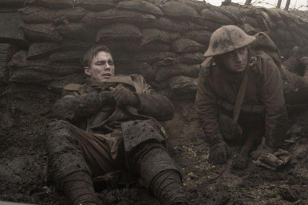 戦地でトールキンを守る兵士。2人の関係はどこか「指輪物語」のフロドとサムを思わせる