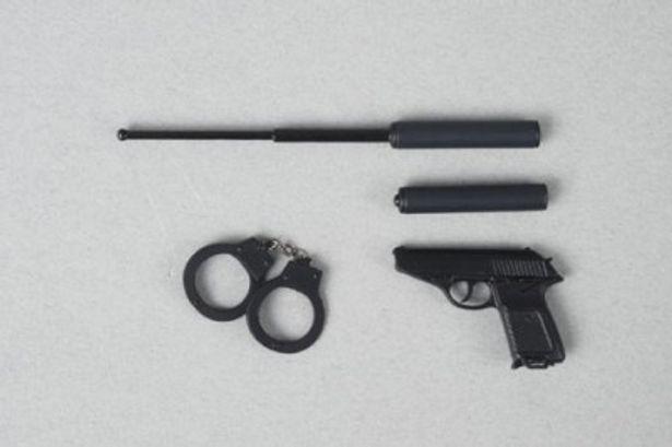 拳銃や手錠など、小道具もリアルに再現