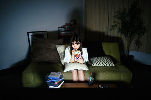 【写真を見る】今回はお家で映画鑑賞している雰囲気の尾崎さんを撮り下ろし!