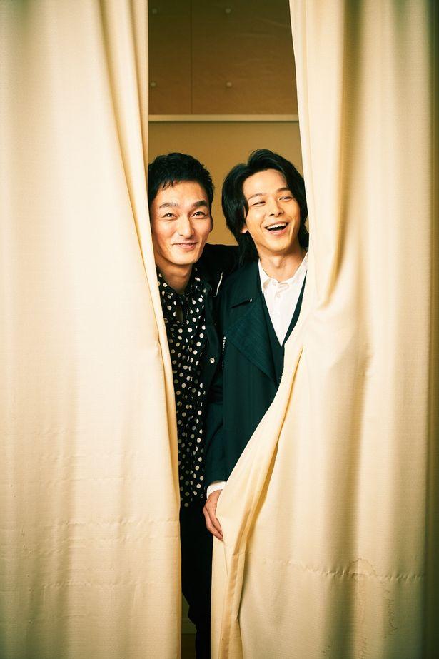 【写真を見る】草なぎ剛&中村倫也、カーテンからキュートな笑顔をのぞかせた<写真14点>