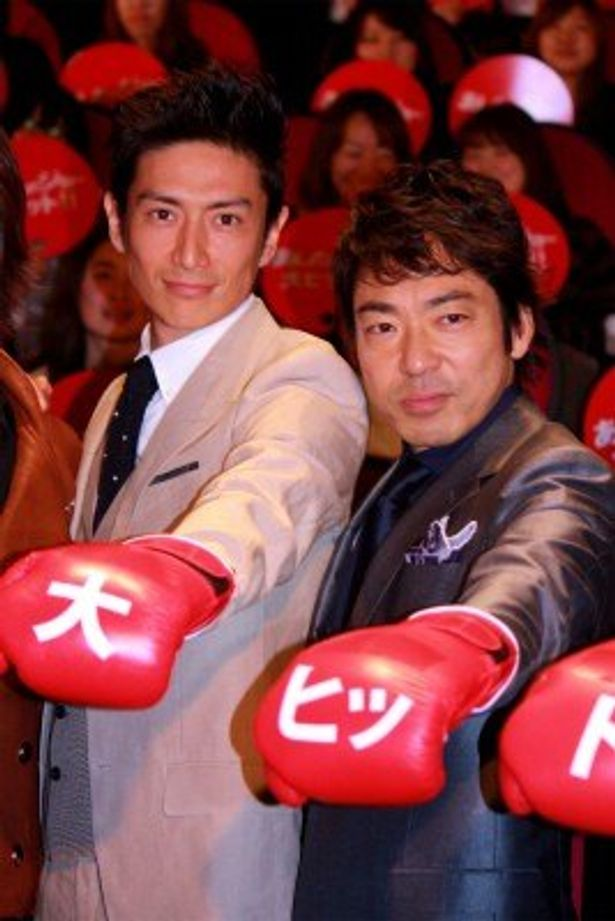 『あしたのジョー』初日舞台挨拶に登壇した伊勢谷友介と香川照之(右)