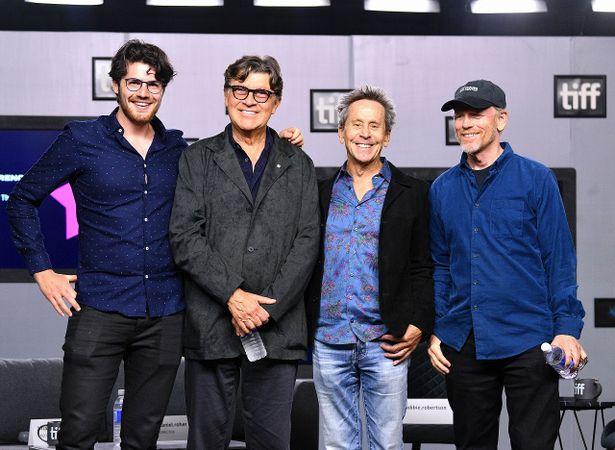 左から、ダニエル・ロハー監督、ロビー・ロバートソン、製作総指揮のブライアン・グレイザーとロン・ハワード