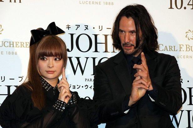 『ジョン・ウィック:パラベラム』のジャパンプレミアに登壇したキアヌ・リーブスときゃりーぱみゅぱみゅ