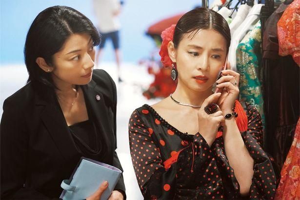【写真を見る】石田ゆり子が、公費使いまくりな首相夫人を絶妙に演じる