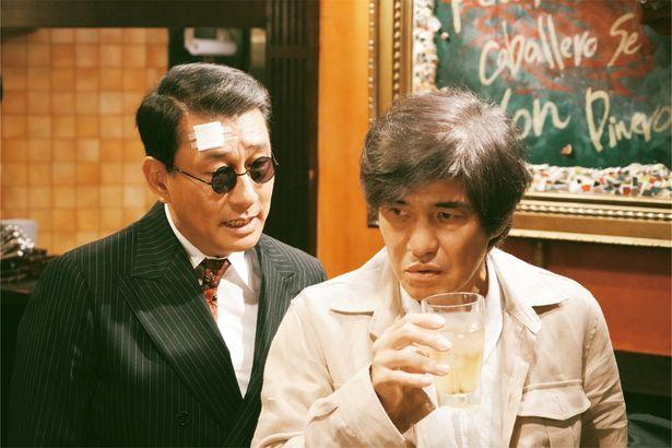 佐藤浩市が演じるのは、総理をゆするタブロイド紙のフリーライター