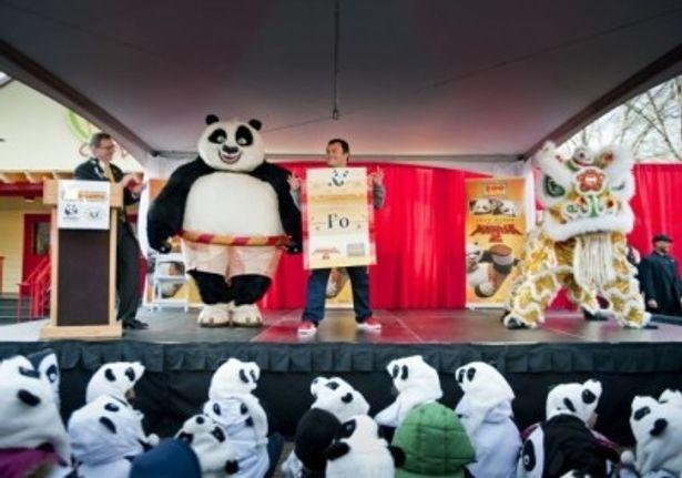 パンダの帽子を被った子供たちの前に登場したジャック・ブラック