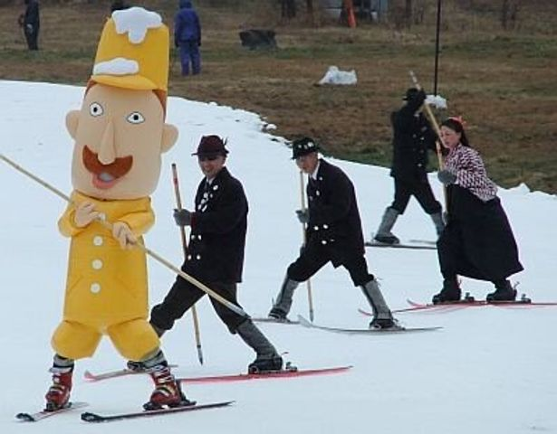 大人気のゆるキャラ「レルヒさん」がスキーを滑る!