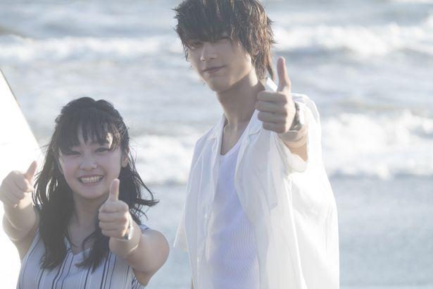 板垣瑞生と吉柳咲良が和やかなムードで撮影に臨む様子を収めている