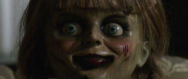 【写真を見る】不気味!怖い!秋の夜長に楽しみたい!話題のホラー映画3選(『アナベル 死霊博物館』)