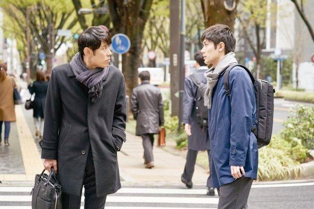 職場の上司、藤間(原田泰造)に、出会いについて相談する佐藤