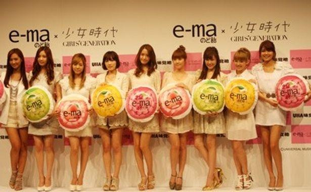 2月21日(月)、東京・表参道でUHA味覚糖「e-maのど飴」新CM発表会が行われ、同商品の新キャラクターとしてCMに出演するアジアナンバーワンガールズグループ・少女時代のメンバー9人が出席