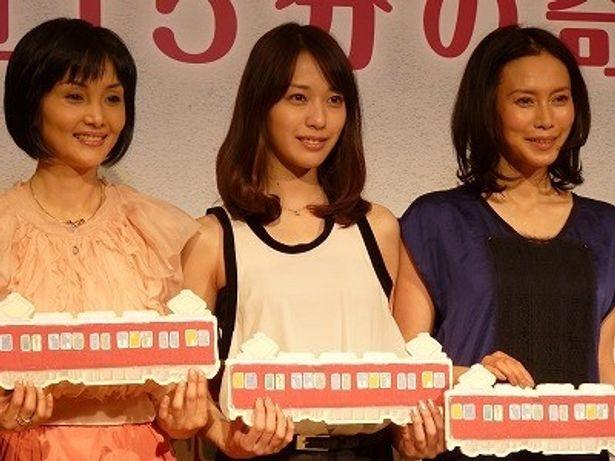 【写真】悲しい恋と共に電車に乗車した戸田恵梨香と中谷美紀