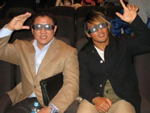 永田裕志選手(左)と棚橋弘至選手も3Dプロレスを満喫!