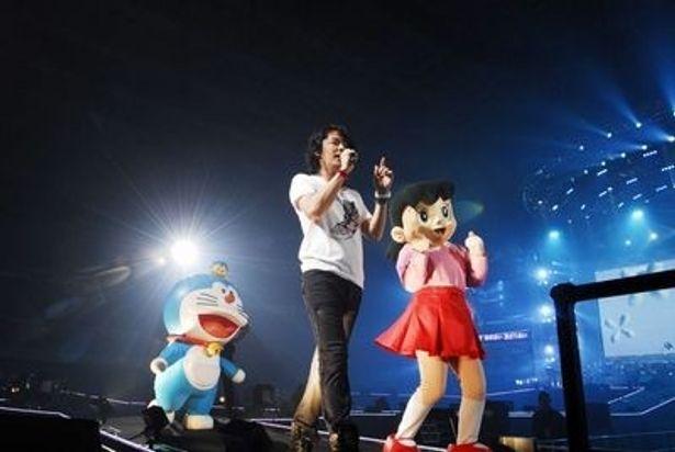 福山雅治と一緒に花道も歩きながら、ステージを盛り上げたドラえもんとしずかちゃん