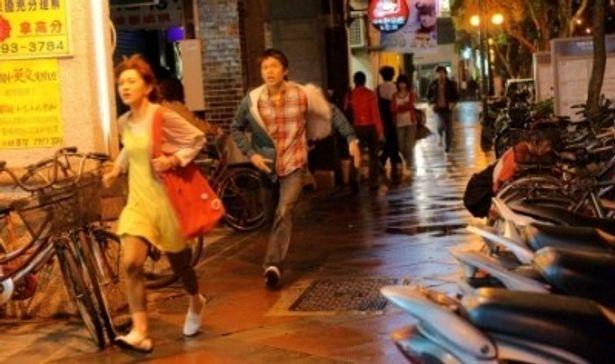 師大夜市を駆け抜けるカイとスージー。台北の魅力的な街並みの1つ