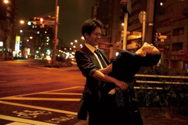 【写真を見る】宮本(池松)と靖子(蒼井)が道端で抱き合う、幸せいっぱいのシーン!