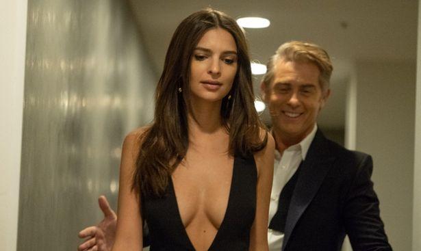 【写真を見る】エミリー・ラタコウスキーが詐欺師役が色っぽドレス姿を連発!<写真12点>