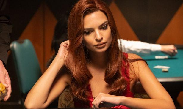 赤毛の巻き髪も披露!エミリーの魅力がてんこ盛り!