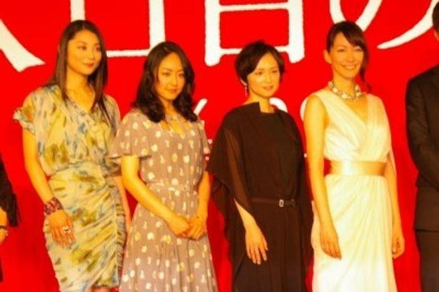 出演者の4人に成島監督は「現場ではみんなほぼスッピンだったのに、今日はこんな綺麗でドキドキしている」と、再会を喜んだ
