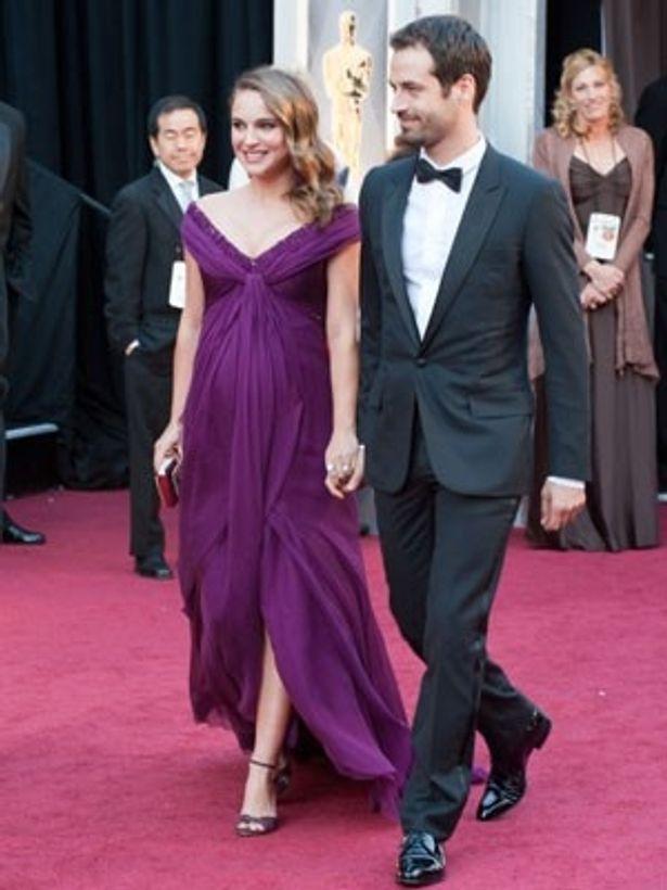 【写真】ふっくらしたお腹が幸せの象徴。主演女優賞に輝いたナタリー・ポートマンは紫色のドレス