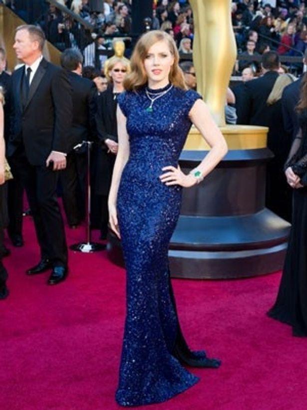 深いブルーのドレスはブロンドとのバランスがばっちり!エイミー・アダムス