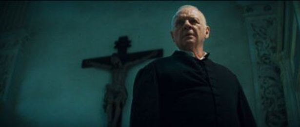 【写真】十字架の前に立つルーカス神父