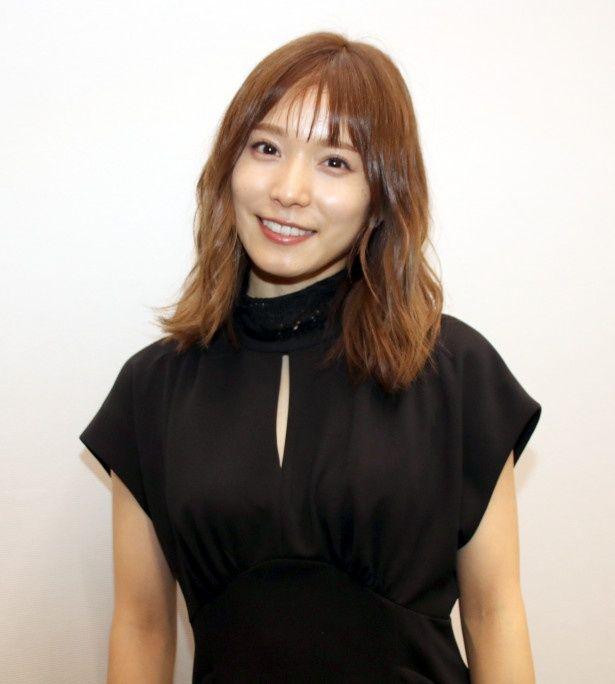 【写真を見る】常に笑顔を忘れない松岡茉優、神木隆之介や志田未来の活躍を見ていた子役時代の想いまでを語る!
