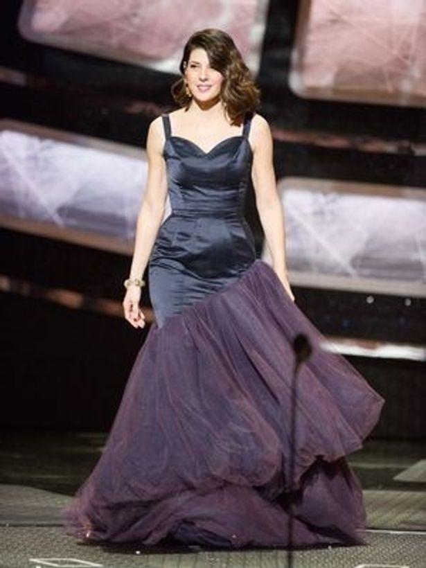 マリサ・トメイのドレスには「まるで素人が急いで裁縫したような仕上がりのうえに、髪型もまるで普段のまま」と酷評