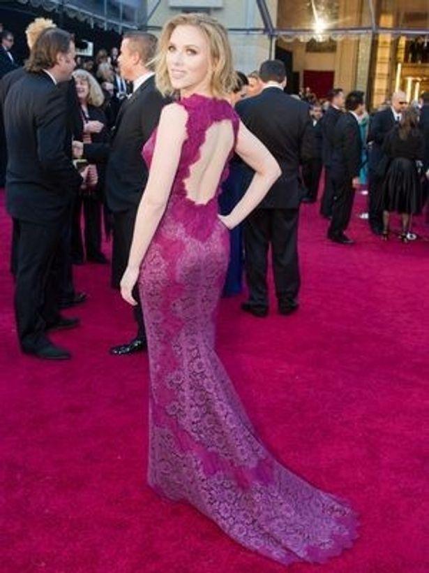 「黒い下着とブラが透けて見えているようなデザインは最悪」。スカーレット・ヨハンソンが着ていたのはドルチェ&ガッバーナ