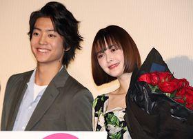 玉城ティナ、伊藤健太郎からバラの花束贈られ「プロポーズみたい!」と大感激
