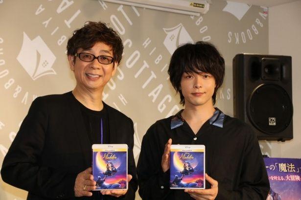 『アラジン』のイベントに登壇した中村倫也と山寺宏一