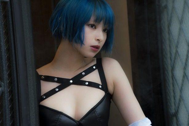 【写真を見る】日南響子がセクシーな衣装で体当たり演技を披露