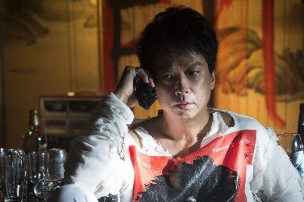 主人公は、軽妙な話術で人の心を操る冷酷な詐欺師、村田丈(椎名桔平)