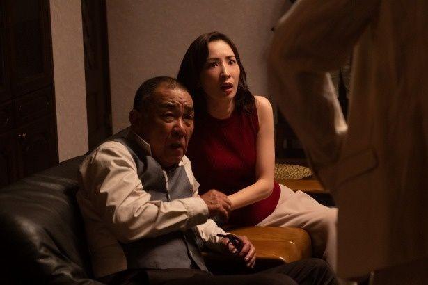 村田の被害者となる尾沢茂(でんでん)と、その妻のアズミ(真飛聖)