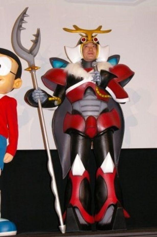 ドラえもんたちの敵役となる鉄人兵団の総司令官という役どころの加藤浩次はオーダーメイドの衣装で登場