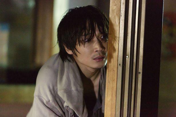 事件の容疑者として追い詰められていく青年を演じた綾野剛の演技に注目!