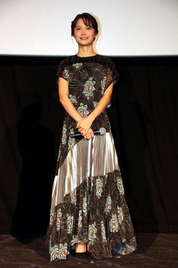 【写真を見る】宮崎あおいの美しいドレス姿の全身ショット